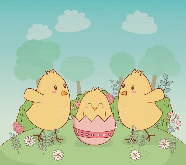 Petits poussins avec des oeufs peints personnages de pâques