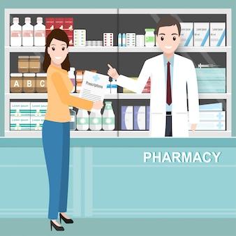 Pharmacien et femme tenant des ordonnances