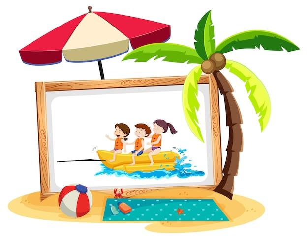 Photo d'enfants dans la scène de plage isolée