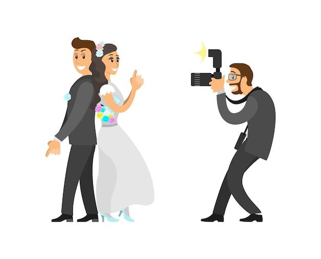 Photographe prenant une photo de jeunes mariés avec appareil photo