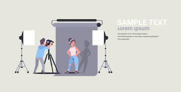 Photographe professionnel à l'aide de caméra homme tirant belle femme sexy modèle posant dans un studio photo moderne intérieur horizontal pleine longueur illustration plate