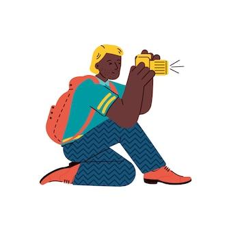 Photographe tirant sur la caméra de la pose assise. photographe professionnel ou journaliste au travail, illustration de vecteur de dessin animé plat isolé