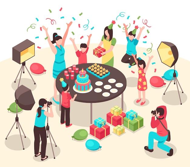 Photographes professionnels avec des caméras et des installations d'éclairage lors de la prise de photos d'illustration isométrique de fête d'enfants