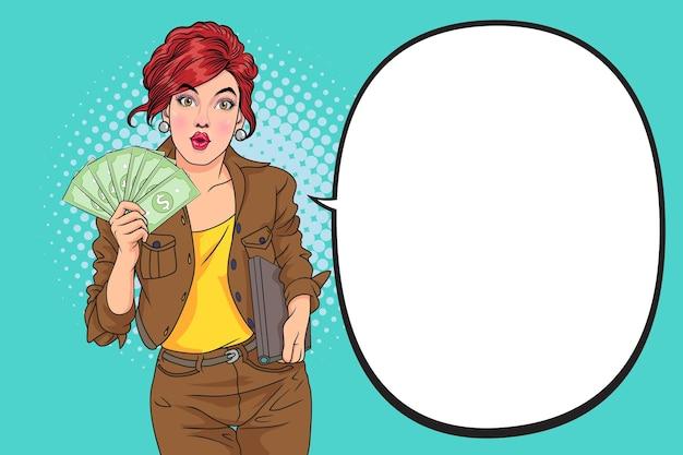 Pigiste nous montrant des billets d'un dollar assis sur le lieu de travail avec un bureau à domicile pour ordinateur portable