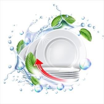 Pile d'assiettes propres dans les éclaboussures d'eau avec des feuilles vertes pour un détergent à vaisselle ad