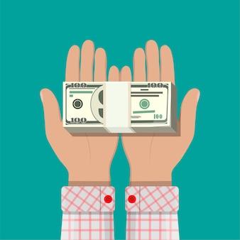 Pile de billets en dollars dans les mains.
