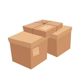 Une pile de boîtes artisanales de différentes tailles. colis avec adresses postales en carton.