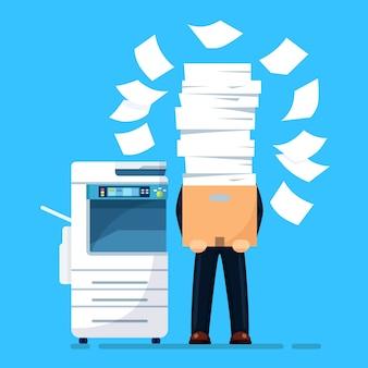 Pile de papier, homme d'affaires occupé avec pile de documents. paperasserie avec imprimante