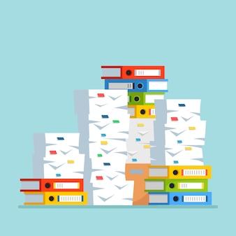 Pile de papier, pile de documents avec carton, boîte en carton, dossier.