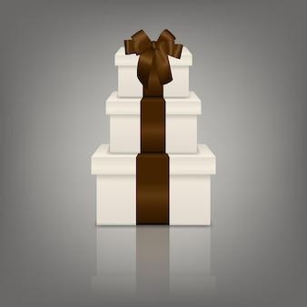 Pile de trois coffrets cadeaux blancs réalistes avec ruban marron et arc