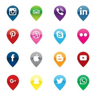 Pins carte et d'icônes de médias sociaux emballent