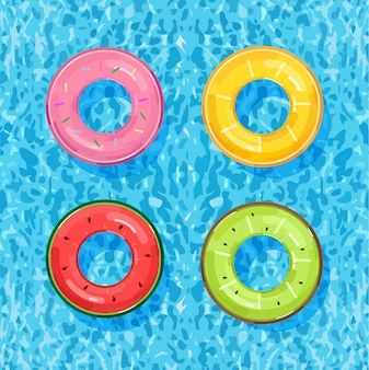 Piscine colorée anneaux sur l'eau