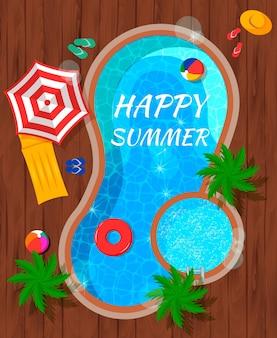 Piscine d'été avec accessoires de plage et palmiers vue de dessus composition plate sur bois