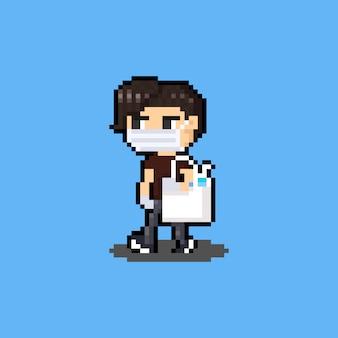 Pixel art dessin animé personnage homme marche avec masque et désinfectant pour les mains.
