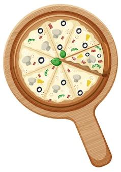 Une pizza végétalienne entière avec garniture aux champignons et aux olives sur une plaque en bois isolée