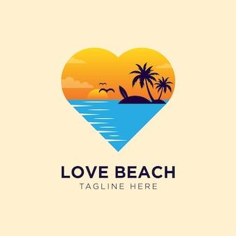 Plage d'amour avec logo et palmier au coucher du soleil