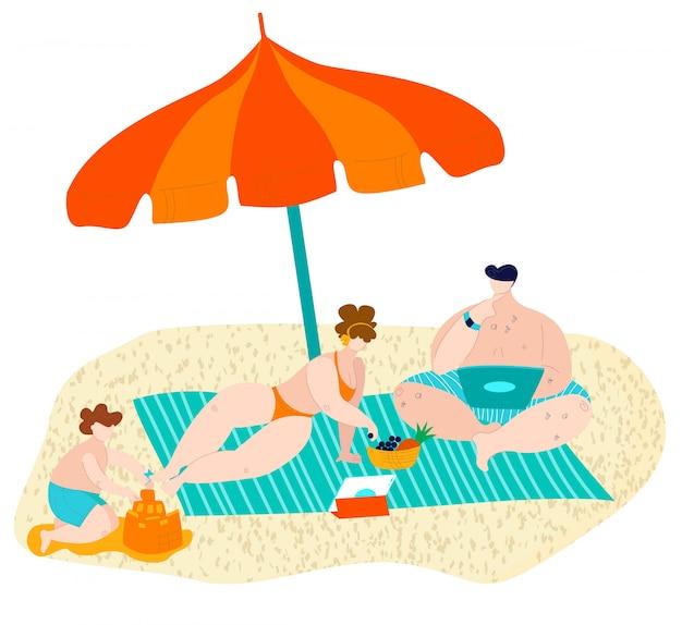 Plage d'été en famille se détendre sur le sable sous un parasol, père, mère et fils sur une illustration plate de bord de mer.