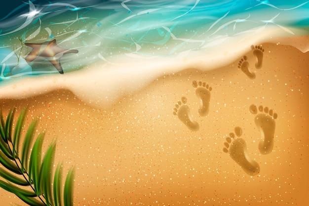 Plage en été. traces de pas dans le sable.