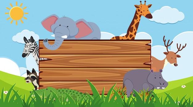 Planche de bois avec des animaux sauvages en arrière-plan
