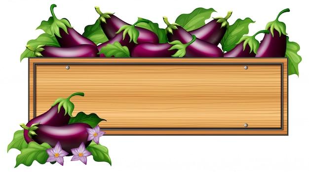 Planche de bois avec des aubergines