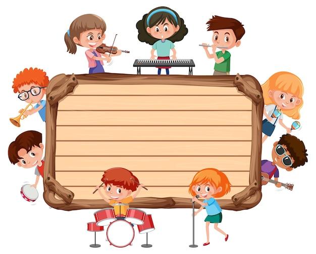 Planche de bois vide avec des enfants jouant de différents instruments de musique