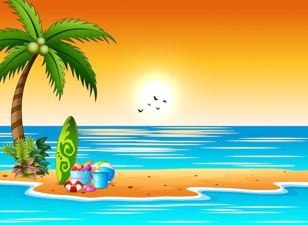 Planche de surf et éléments de plage au bord de la mer au coucher du soleil