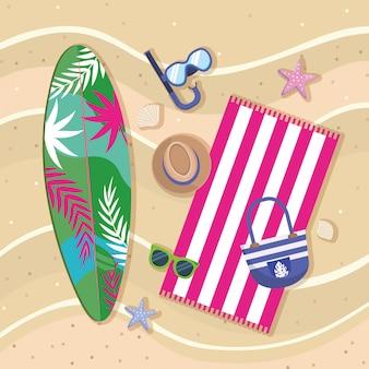 Planche de surf avec des masques de plongée en apnée et chapeau avec des lunettes de soleil