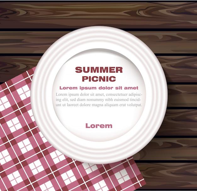 Plaque blanche sur pique-nique d'été de table en bois