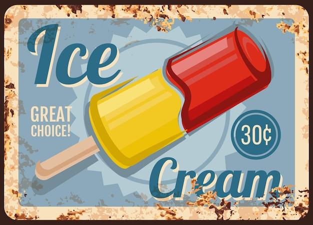 Plaque de métal rouillé de dessert de magasin de crème glacée. popsicle de jus ou de sorbet surgelé sur bâton en bois.