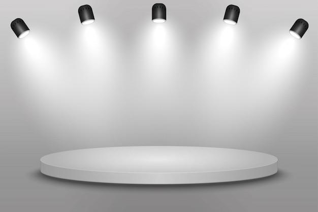 Plate-forme blanche, podium ou piédestal avec projecteurs.