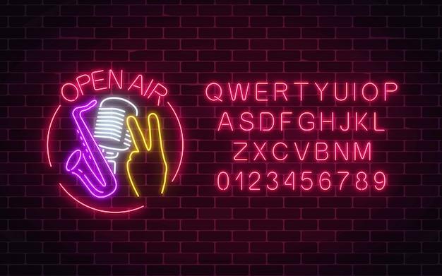 En plein air néon signe avec microphone, saxophone et geste de pièce dans un cadre rond avec alphabet.