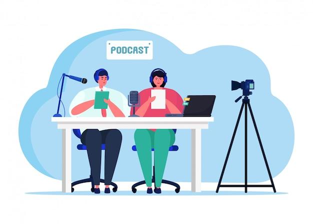 Podcast audio en ligne streaming, couple féminin personnage masculin hôte de diffusion internet isolé sur blanc, illustration plate.