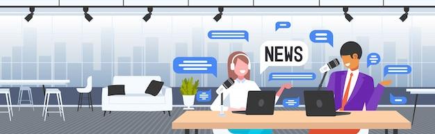 Podcasters discutant de l'enregistrement de nouvelles quotidiennes en podcast studio concept de radio en ligne