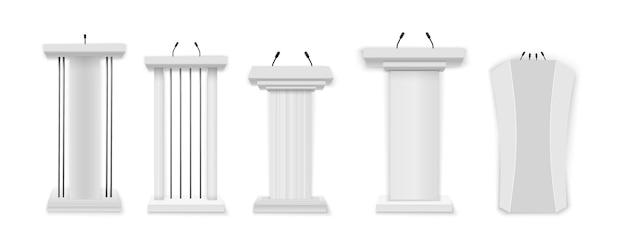Podium blanc, tribune avec microphones.