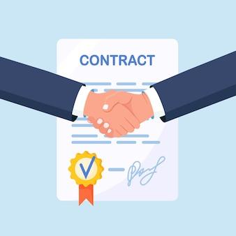 Poignée de main de deux hommes d'affaires. accord des parties. les gens se serrent la main fermement après avoir signé des documents. partenariat, coopération, investissement réussi