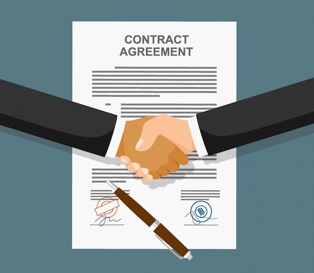 Poignée de main d'homme d'affaires sur papier contractuel après accord.