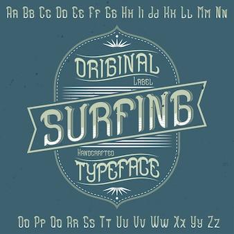Police d'étiquette originale nommée «surfing». bon à utiliser dans n'importe quelle conception d'étiquettes.