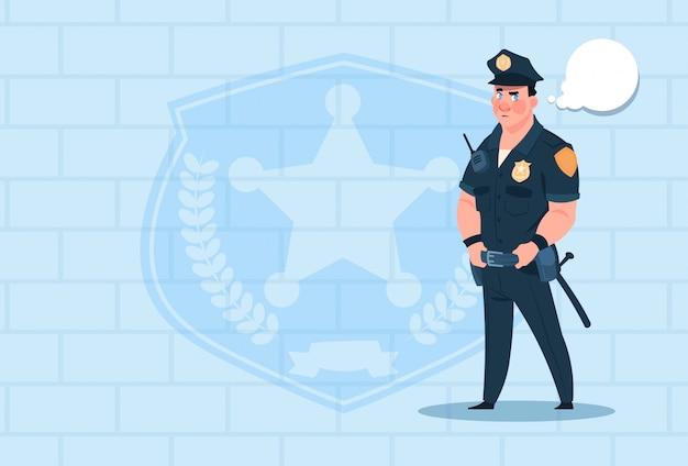 Policier avec bulle de dialogue vêtu de la garde uniforme d'un policier sur fond de brique