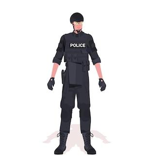 Policier en tenue tactique complète agent de police anti-émeute et manifestants