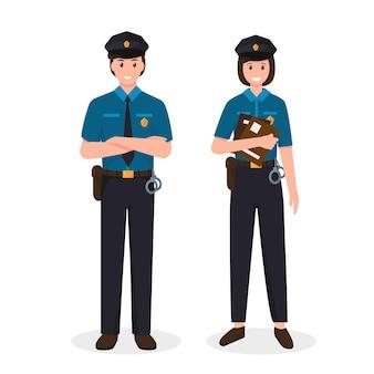 Policiers homme et femme en uniforme debout en vue de face.