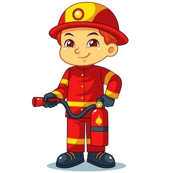 Pompier garçon prêt à pulvériser avec extincteur.