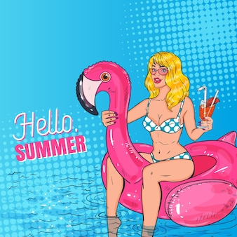 Pop art belle femme blonde avec un cocktail nageant dans la piscine sur le matelas pink flamingo. fille glamour en bikini profitant des vacances d'été.