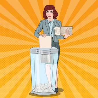 Pop art business woman utilise des documents papier dans shredder