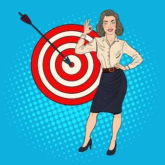 Pop art businesswoman réussie a atteint la cible. la réussite des entreprises.