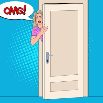 Pop art choqué femme furtivement derrière une porte