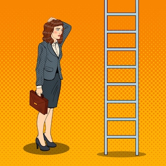 Pop art douteuse femme d'affaires regardant l'échelle.