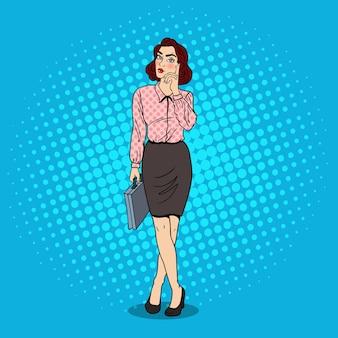 Pop art douteux femme d'affaires avec porte-documents.