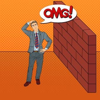 Pop art douteux homme d'affaires debout devant un mur de briques.