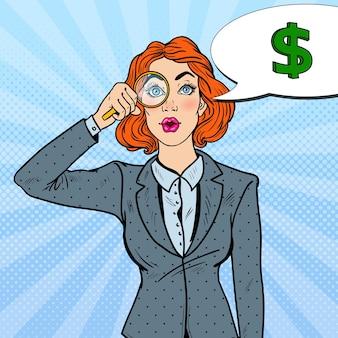 Pop art étonné femme d'affaires avec loupe a trouvé de l'argent.