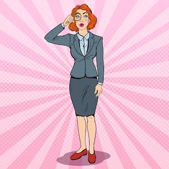 Pop art étonné femme d'affaires avec loupe.